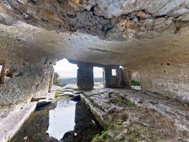 Крым. Пещерный монастырь Мангупа. Пещера с часовней.