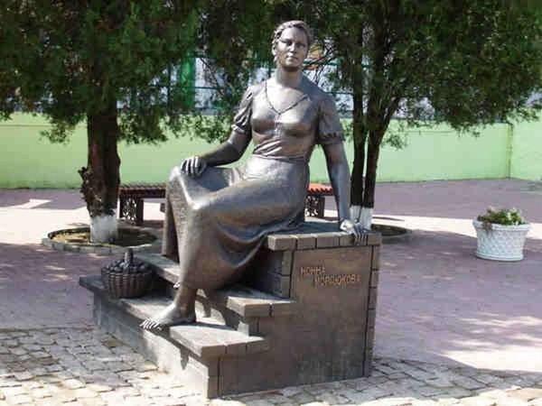 Памятник Нонне Мордюковой. Достопримечательности Ейска. Ейск.