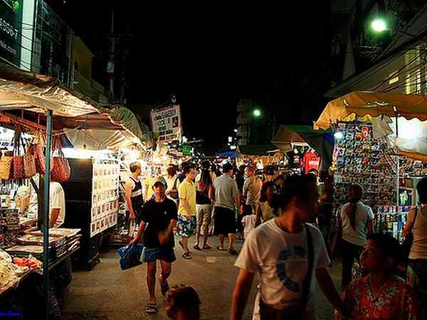 Популярнейшая ярмарка Тайланда — ночной рынок в Паттайе. Тайланд.